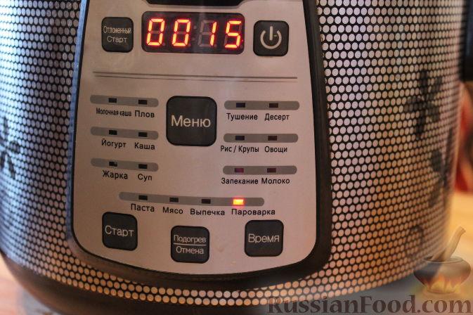 Фото приготовления рецепта: Бисквитный рулет с черноплодной рябиной - шаг №9