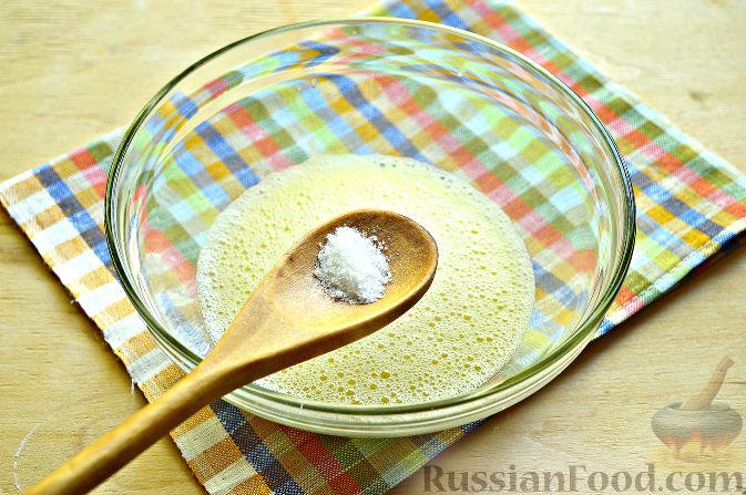 Фото приготовления рецепта: Панкейки с черешней - шаг №4