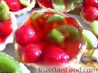 Фото к рецепту: Песочные корзинки с фруктами в желе