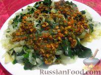 Фото к рецепту: Шпинат с жареным луком, с орехово-чесночным соусом