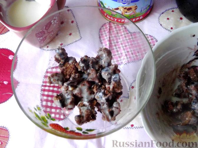 Фото приготовления рецепта: Быстрый клубничный десерт с шоколадным печеньем - шаг №5