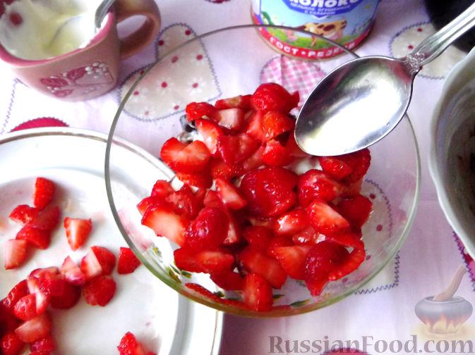 Фото приготовления рецепта: Быстрый клубничный десерт с шоколадным печеньем - шаг №7