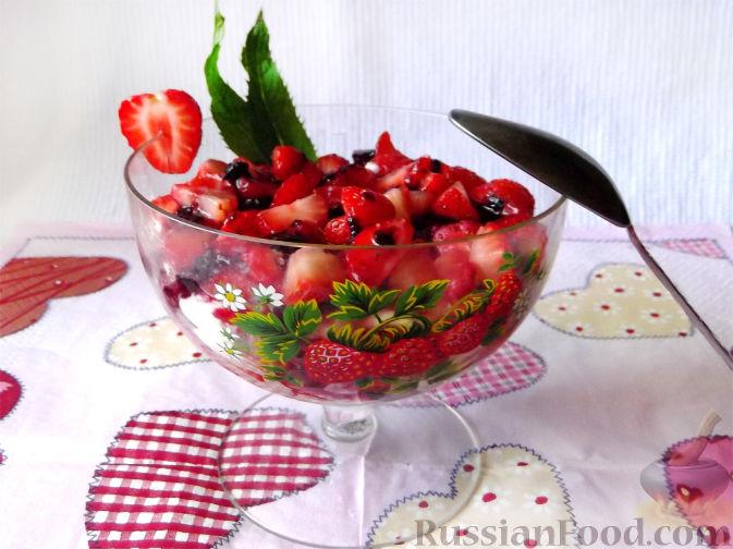 Фото приготовления рецепта: Быстрый клубничный десерт с шоколадным печеньем - шаг №9