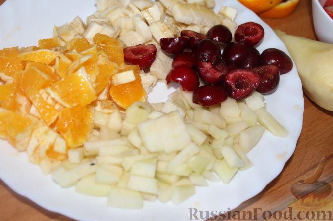 """Фото приготовления рецепта: Салат с клубникой """"Фруктовый праздник"""" - шаг №3"""