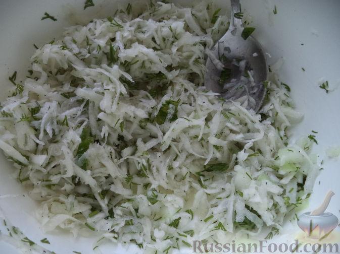 Фото приготовления рецепта: Салат из дайкона и яблок - шаг №7
