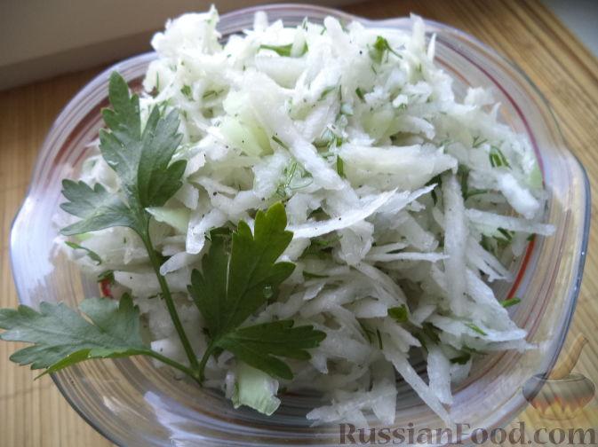 Фото приготовления рецепта: Салат из дайкона и яблок - шаг №8