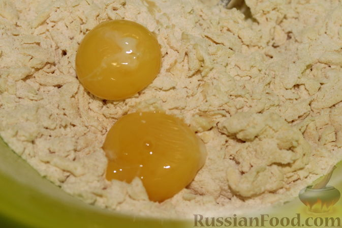 Фото приготовления рецепта: Чизкейки с черешней - шаг №4