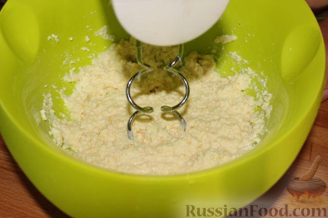 Фото приготовления рецепта: Чизкейки с черешней - шаг №6