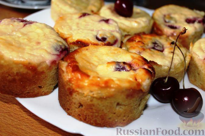 Фото приготовления рецепта: Чизкейки с черешней - шаг №13