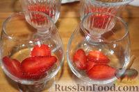 """Фото приготовления рецепта: Салат с клубникой """"Фруктовый праздник"""" - шаг №4"""