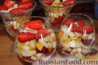 """Фото приготовления рецепта: Салат с клубникой """"Фруктовый праздник"""" - шаг №6"""