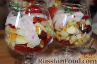 """Фото приготовления рецепта: Салат с клубникой """"Фруктовый праздник"""" - шаг №7"""