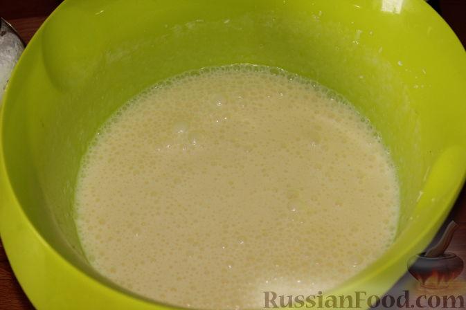 Фото приготовления рецепта: Карамельный кекс на кефире (в мультиварке) - шаг №3
