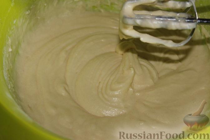 Фото приготовления рецепта: Карамельный кекс на кефире (в мультиварке) - шаг №5