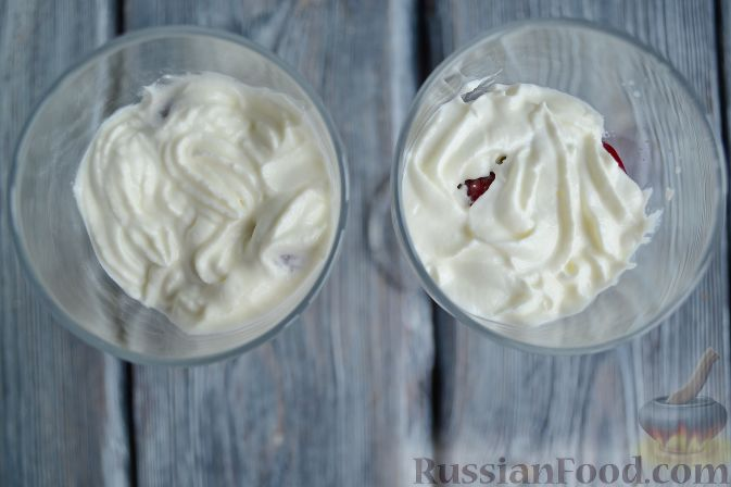 Фото приготовления рецепта: Трайфл с черешней и сливочным сыром - шаг №7
