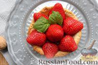 Фото к рецепту: Тарталетки с клубникой, грильяжем и имбирным желе
