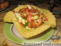 Фото к рецепту: Салат из огурцов, помидоров и курицы в сырной тарелке
