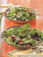 Фото к рецепту: Зеленый салат с черникой, сыром и миндалем