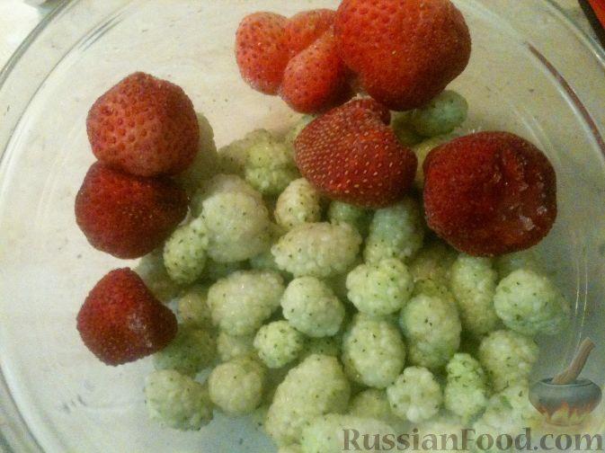 Фото приготовления рецепта: Смузи из клубники и белой шелковицы - шаг №1