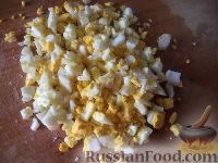 Фото приготовления рецепта: Салат из сыра с помидорами и яйцом - шаг №5