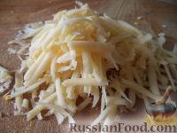Фото приготовления рецепта: Салат из сыра с помидорами и яйцом - шаг №4