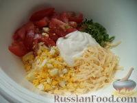Фото приготовления рецепта: Салат из сыра с помидорами и яйцом - шаг №7