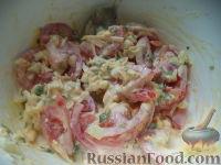 Фото приготовления рецепта: Салат из сыра с помидорами и яйцом - шаг №8