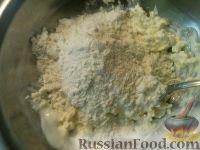 Фото приготовления рецепта: Сырно-луковый пирог - шаг №3