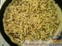 Фото приготовления рецепта: Сырно-луковый пирог - шаг №11