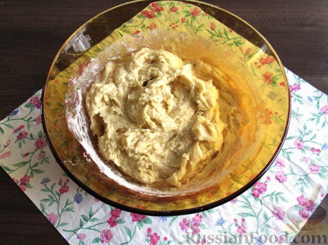 Фото приготовления рецепта: Пирог с черешней и красной смородиной - шаг №4