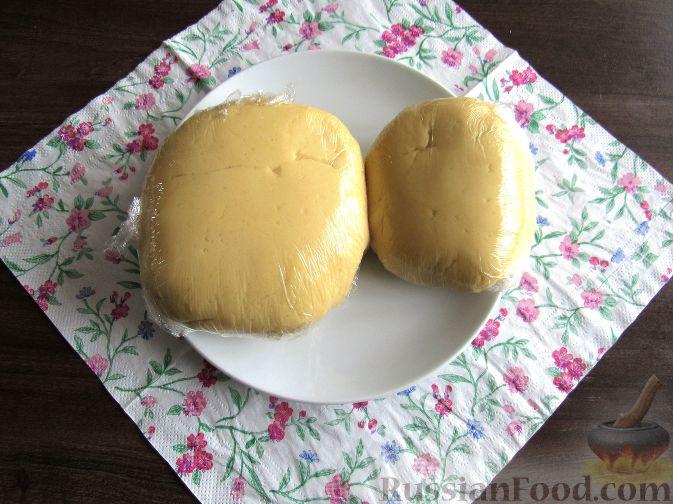 Фото приготовления рецепта: Пирог с черешней и красной смородиной - шаг №6