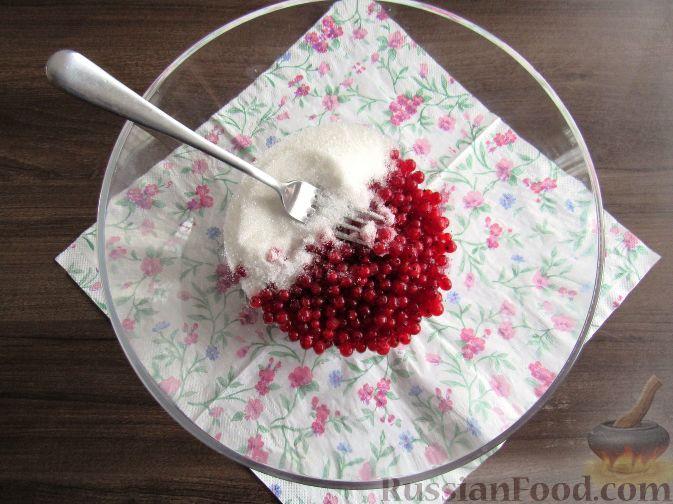Фото приготовления рецепта: Пирог с черешней и красной смородиной - шаг №7