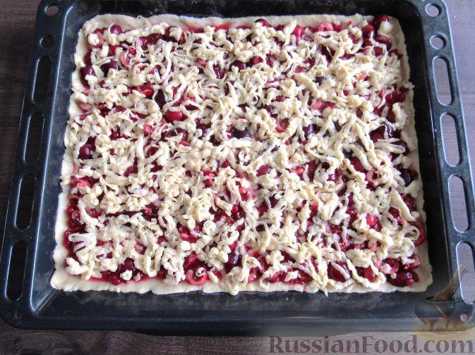 Фото приготовления рецепта: Пирог с черешней и красной смородиной - шаг №11