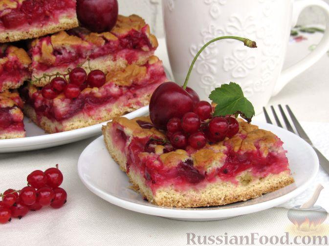 Фото приготовления рецепта: Пирог с черешней и красной смородиной - шаг №13