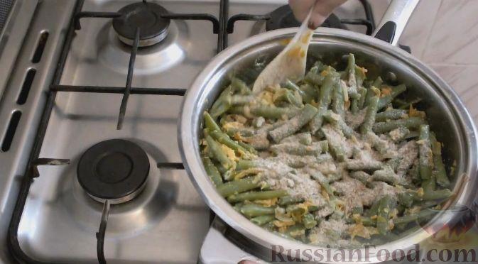 Фото приготовления рецепта: Домашний хлеб, запечённый с пряным маслом, сыром и зеленью - шаг №10
