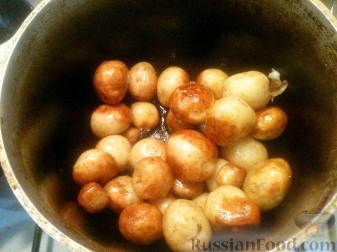 Фото приготовления рецепта: Слоёный салат с языком, шампиньонами, маринованными огурцами, морковью и сыром - шаг №13