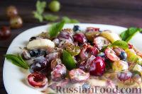"""Фото к рецепту: Фруктовый салат с крыжовником и семенами льна """"Чемпион пользы"""""""