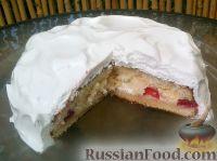 Фото к рецепту: Бисквитный торт с ягодами и белковым кремом