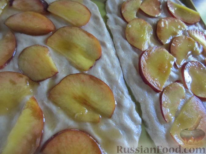 Фото приготовления рецепта: Пирог на пивном тесте, со свежим нектарином - шаг №10