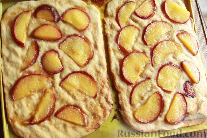Фото приготовления рецепта: Пирог на пивном тесте, со свежим нектарином - шаг №13