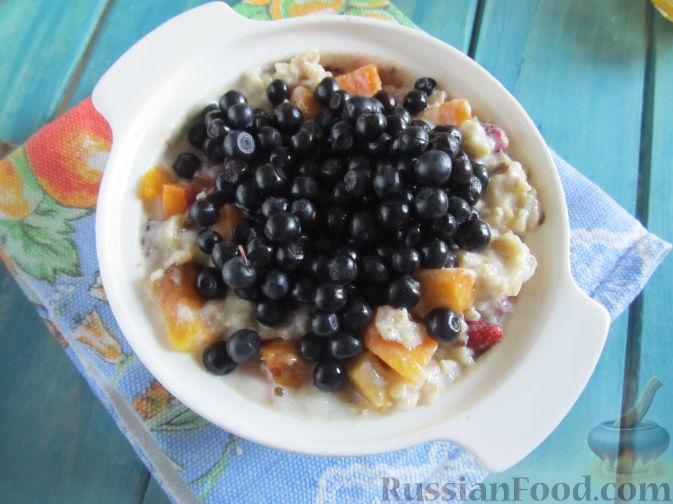 Фото приготовления рецепта: Молочная овсяная каша с ягодами - шаг №7