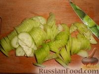 Фото приготовления рецепта: Салат из редиса с огурцами и со сметаной - шаг №4