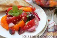 Фото к рецепту: Салат из помидоров со свежими сливами