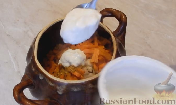 Фото приготовления рецепта: Булочки с вишнёвым вареньем, изюмом и орехами - шаг №7