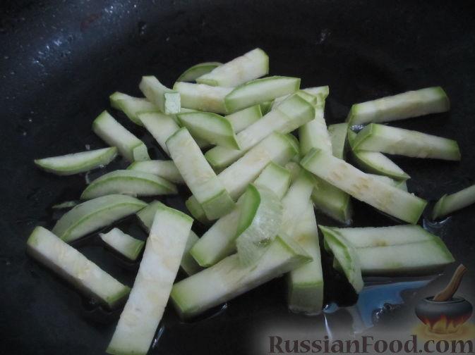 Фото приготовления рецепта: Салат с болгарским перцем, жареным сулугуни и кабачками - шаг №2