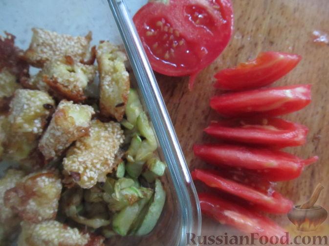 Фото приготовления рецепта: Салат с болгарским перцем, жареным сулугуни и кабачками - шаг №10