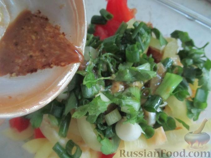 Фото приготовления рецепта: Салат с болгарским перцем, жареным сулугуни и кабачками - шаг №14