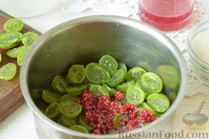Фото приготовления рецепта: Морс из крыжовника и смородины - шаг №5