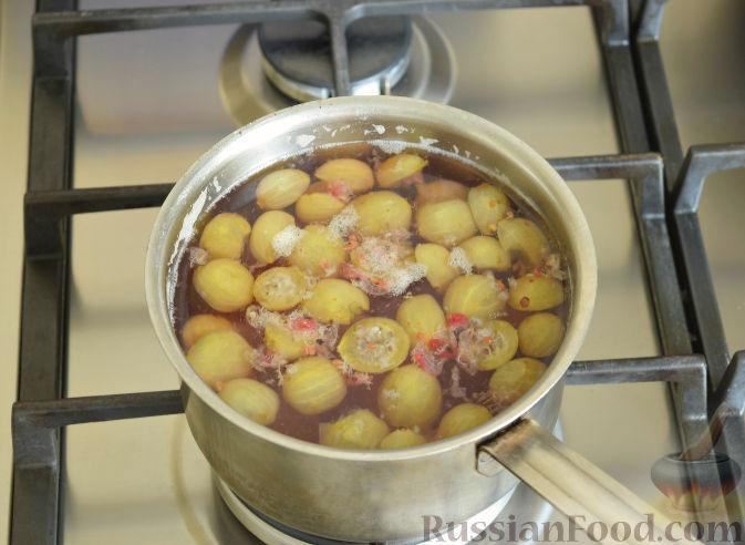 Фото приготовления рецепта: Морс из крыжовника и смородины - шаг №6