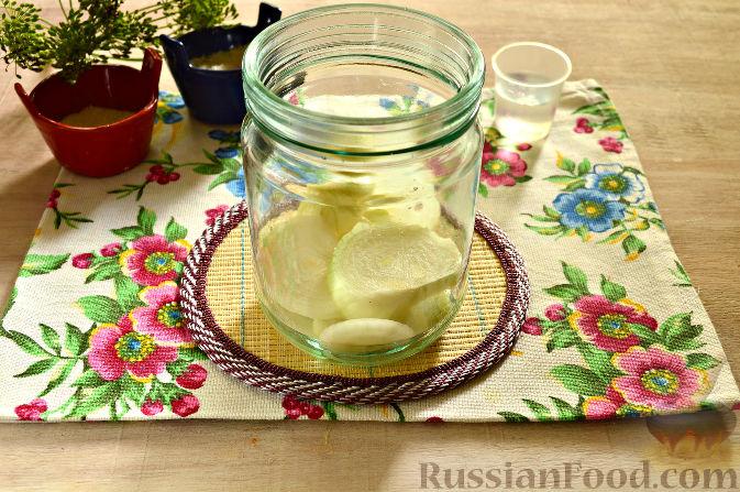 Фото приготовления рецепта: Маринованный салат из помидоров, огурцов, моркови (на зиму) - шаг №3